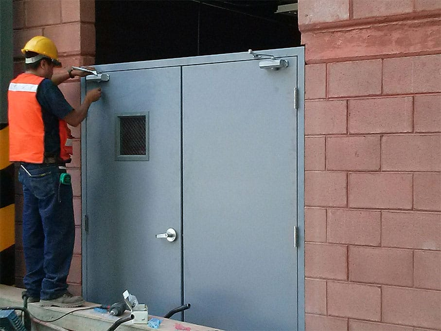 Puertas de emergencia y puertas de seguridad dockman for Instalacion de puertas