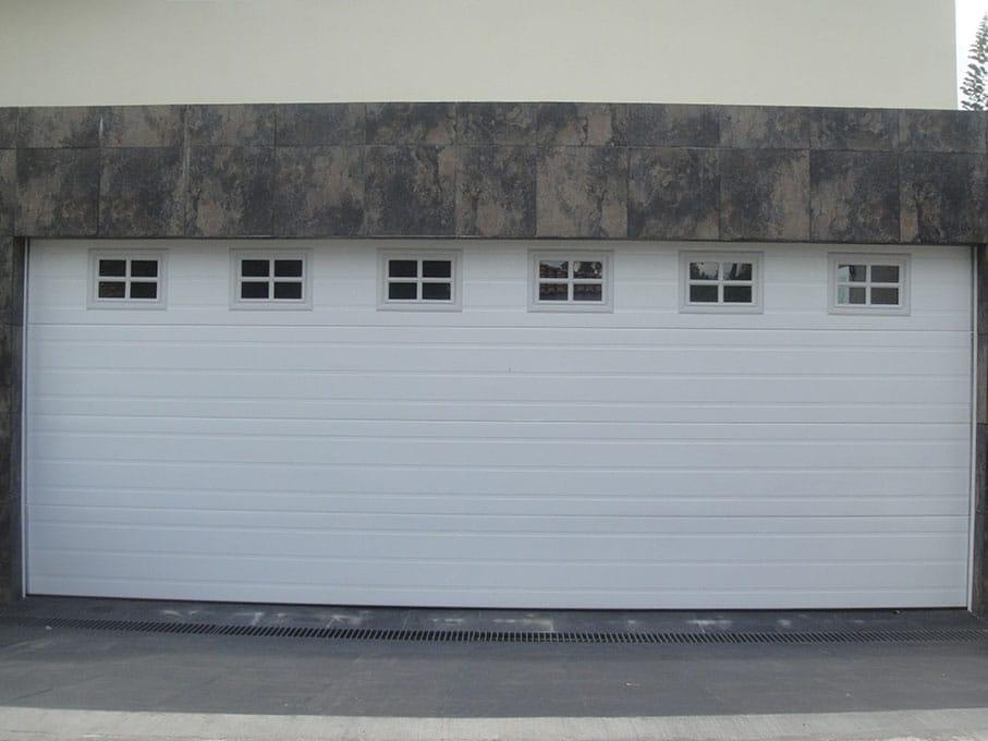 Puertas cocheras puertas cocheras puertas modernas de cochera detalle puerta seccional - Puertas de cochera ...